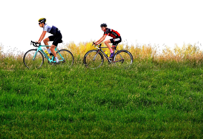 Esmee Visser tijdens een fietstraining langs De Lende achter Daan Olivier, haar vriend en oud-wielrenner van team Jumbo-Visma. Beeld Klaas Jan van der Weij