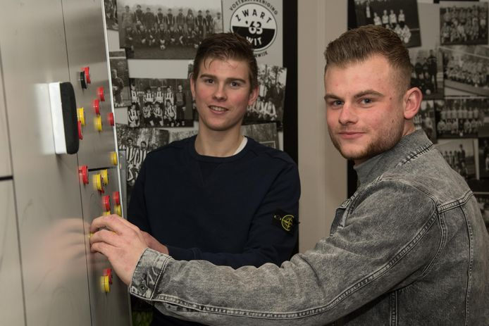 Martijn Smits (l) en Fabian van Panhuis, neven en teamgenoten in de aanval van Zwart-Wit'63.