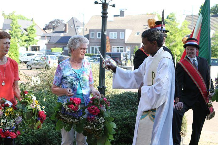 Pater Jozef Aruldoss zegent enkele Sint-Janstrossen.