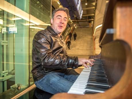 Stationszanger Hans blikt terug op roerige week: 'Ik geniet, maar ben doodsbang'