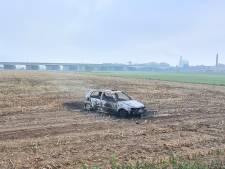 Auto vliegt tijdens crossen in Arnhems weiland in brand