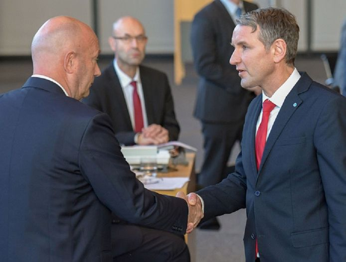 AfD-leider Björn Höcke feliciteert de kersverse liberale premier Thomas Kemmerich die dankzij zijn stem won.
