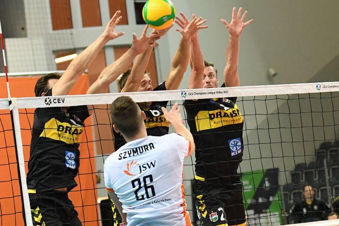 Blok van Freek de Weijer, Nico Manenschijn en Jeroen Rauwerdink is niet genoeg om de Poolse tegenstander van het scoren te houden.