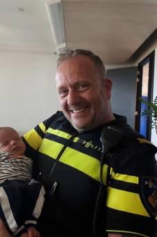 Kleine Damian bedankt agenten voor helpen van zijn hoogzwangere moeder