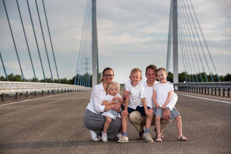 Papa Maarten Bynens en mama Ine Vanbuel met kinderen Louis, Marie-Julie en Elise.