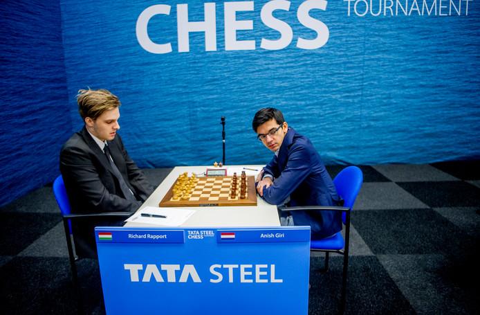 Toper Anish Giri (rechts) bij de 81ste editie van het schaaktoernooi van Tata Steel. Links Richard Rapport.