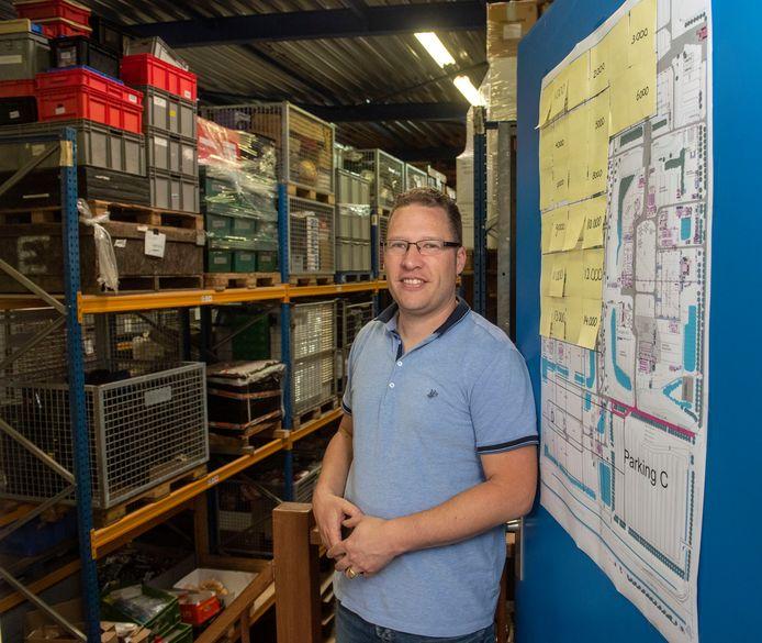 Carlino Bus van Stichting Opwekking in het magazijn in Putten bij de plattegrond van de Pinksterconferentie in Biddinghuizen. Dit jaar gaat de conferentie wel door, maar digitaal.
