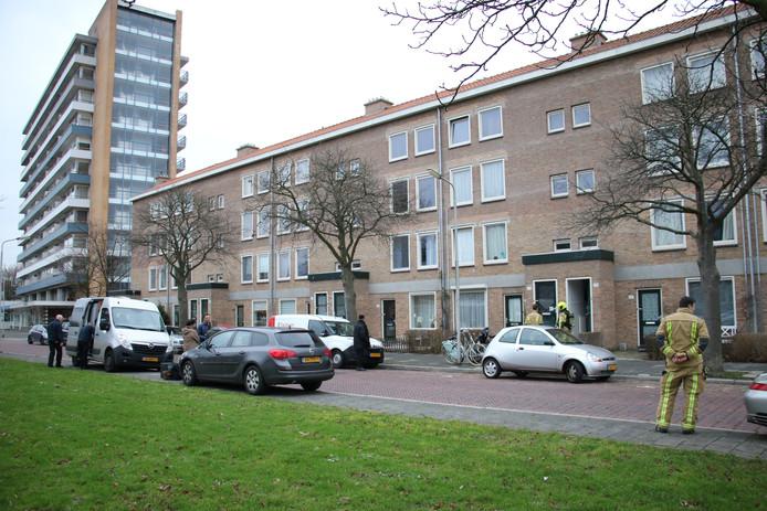 Een overleden persoon is vanmiddag aangetroffen in een woning in de Van der Lelijstraat in Delft.
