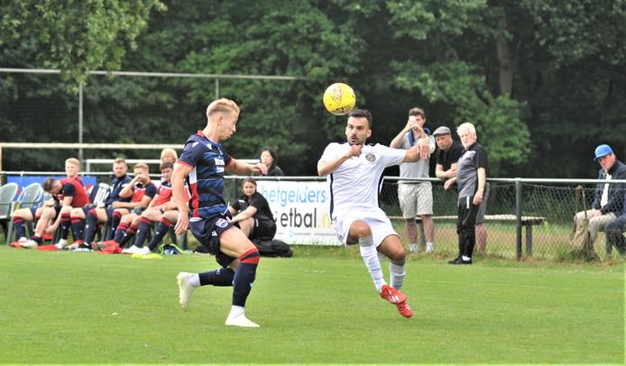 Anil Mercan (in wit shirt) aan de bal in de wedstrijd tegen Ross County.