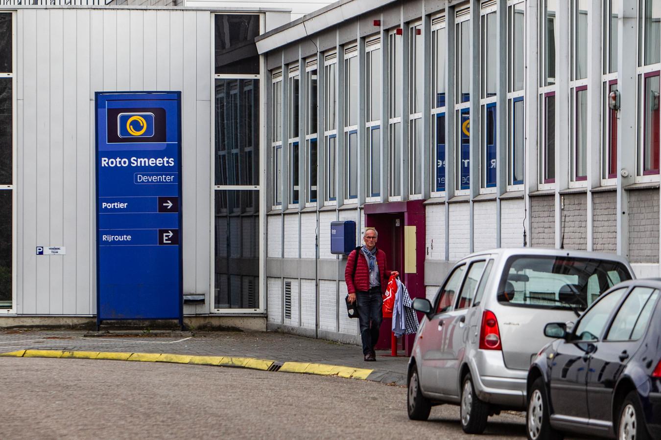 Personeel verlaat het complex van Roto Smeets aan de Groningenstraat in Deventer, nadat dinsdag bekend is geworden dat de drukkerij - sinds 1931 in Deventer- definitief geen doorstart maakt.