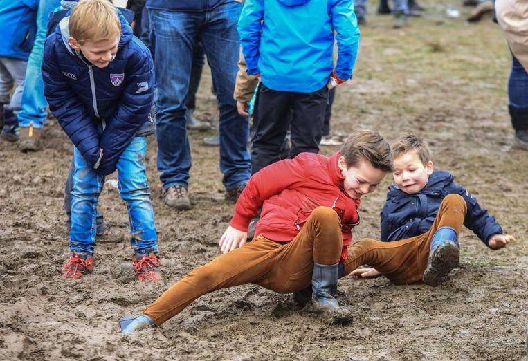 Maar je hebt geen fiets nodig om plezier te maken in de modder, zo bewijzen deze jongens.