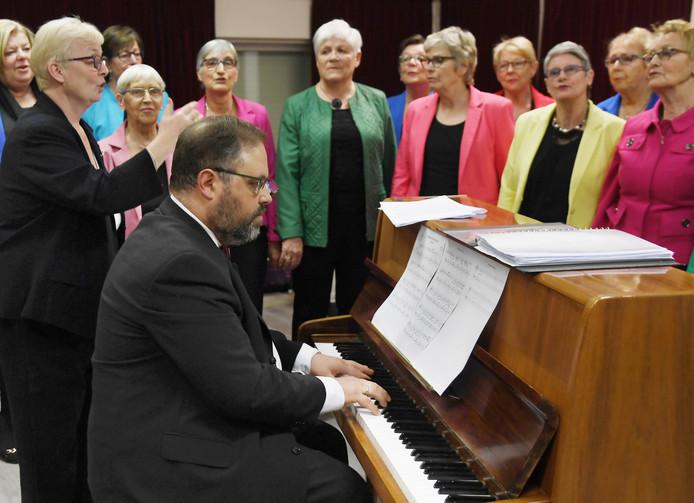Dameskoor Binaeh Zuuver heeft in Anko Vleugel de nieuwe pianist gevonden.