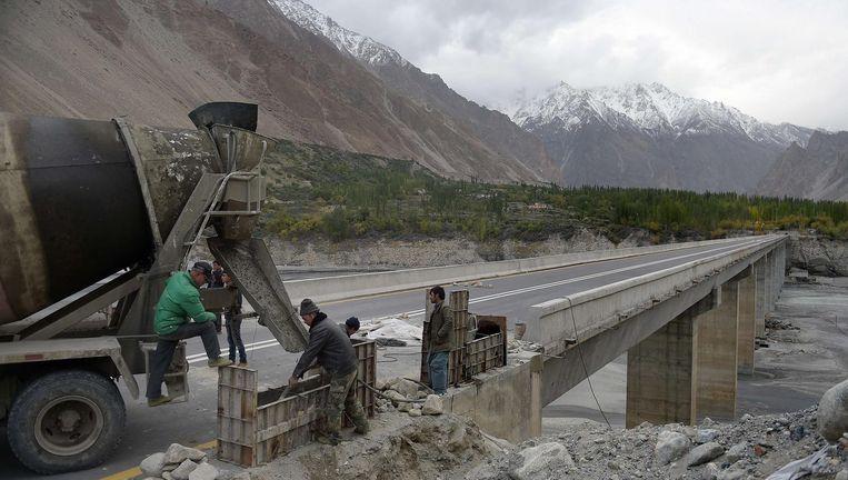 Chinese arbeiders werken aan de Karakoram snelweg in het dorp Gulmit, gelegen in de Hunza vallei. Beeld afp