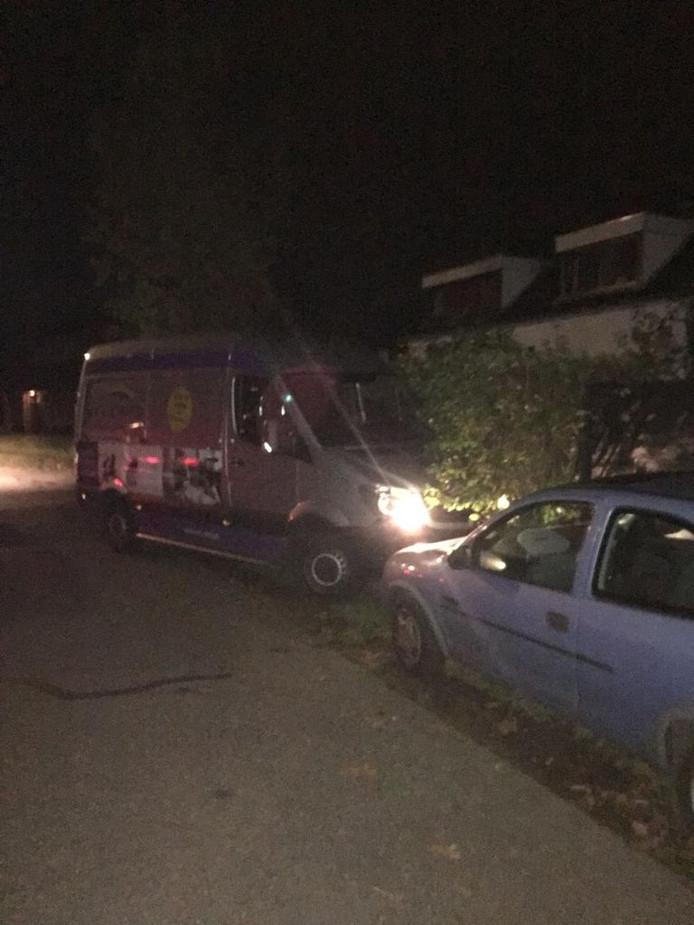 Kort na de botsing parkeerde de verdachte de gestolen bus in de bosjes.