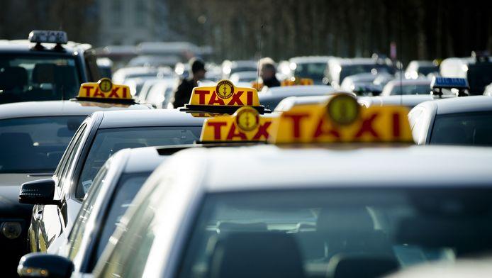Taxichauffeurs demonstreren tegen Uberpop op het Malieveld