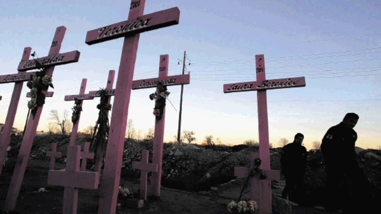 Links: Roberto Bolaño.Rechts: In 2001 werden in Ciudad Juaréz opnieuw acht lijken van misbruikte vrouwen gevonden. (Trouw) Beeld AP