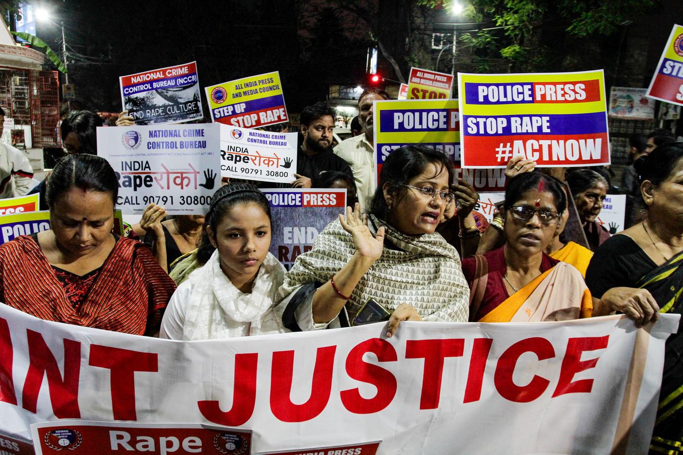 Betogers in de Indiase stad Kolkata eisen gerechtigheid na de verkrachting en het doden van de 27-jarige dierenarts vorige week.