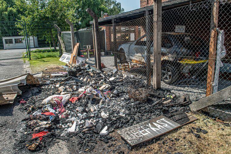De geefkast in de Kalkenstraat is volledig uitgebrand nadat de auto ernaast vuur vatte.
