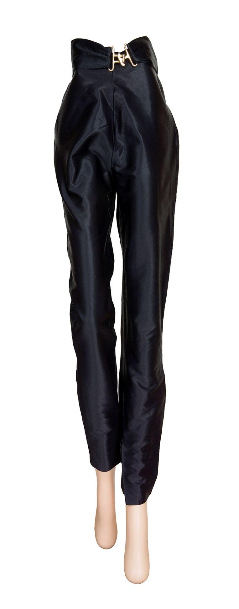 De hoge broek die Olivia Newton-John droeg in 'Grease' wordt geveild.