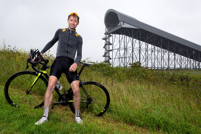 Wateringer Arjen Koene bij de hoge skipiste van Snowworld waar hij een fietspad omheen wil leggen.