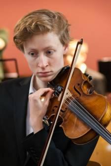 Na een dag zoeken heeft Abe zijn viool terug: bij de Albert Heijn laten staan