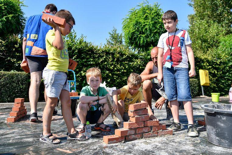 Deze kinderen leerden een muurtje metsen.