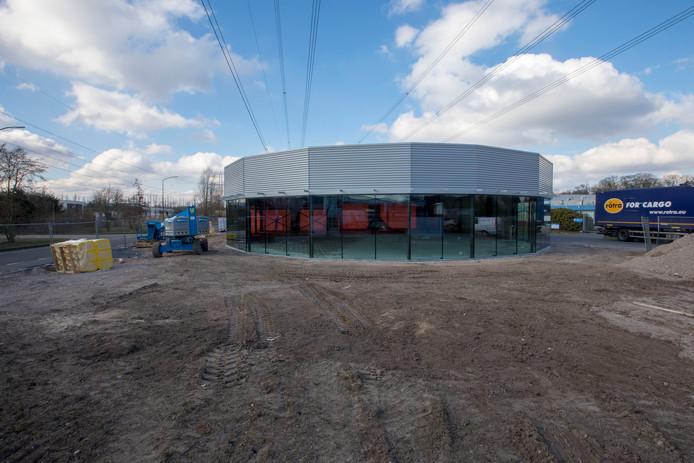 De bouw van een autoshowroom in Nuenen gaat projectontwikkelaar Ban Bouw mogelijk een boete opleveren.