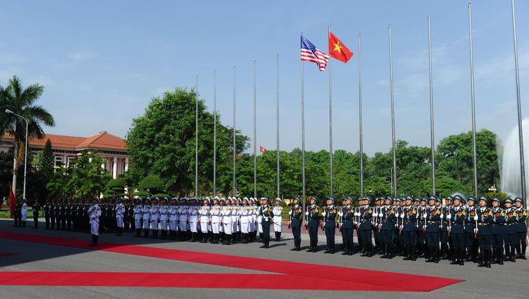 Vietnamese soldaten vormen een erehaag voor het bezoek van de Amerikaanse defensieminister Ash Carter.