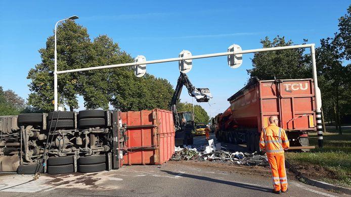 Vrachtwagen gekanteld, oprit A18 in Doetinchem ligt bezaaid met oud ijzer.