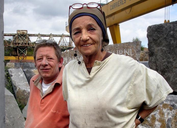 Marcel van Zijp en Paula Withagen nemen even een pauze. Een maand hakken, slijpen, zagen en schuren zit er bijna op.