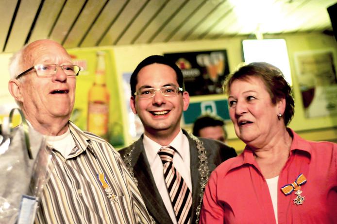 Twan Koen  en Toos Gesell kregen in 2010 een lintje opgespeld door locoburgemeester Steven Adriaansen in Roosendaal. Archieffoto Sabrina Gaudio