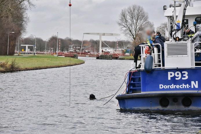 Duikers zoeken in het water bij Tilburg.