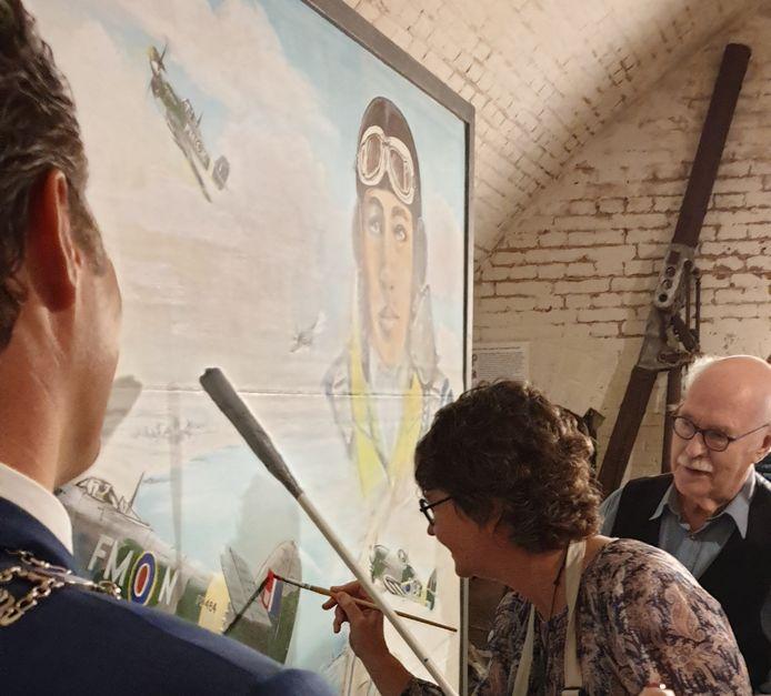 De Nieuw-Zeelandse ambassadeur Lyndal Walker maakte het schilderij van de neergeschoten vliegenier Jack Lunn 'af'.