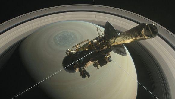 """De Cassini zweeft boven het noordelijke halfrond van Saturn voordat hij een van zijn """"duiken"""" tussen Saturnus en zijn ringen maakt."""