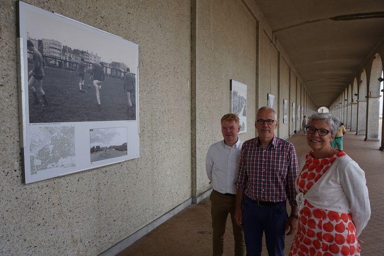 Vlnr.: Architect Tom Van Mieghem, cultuurschepen Bart Plasschaert en cultuurdienstdirecteur Martine Meire bij een van de oude foto's.