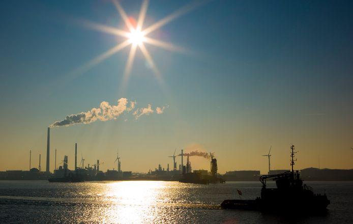 Zuid-Holland telt 119 bedrijven die vallen onder het speciale toezichtsregime omdat ze met veel gevaarlijke stoffen werken. Veel daarvan zitten in de Rotterdamse haven.