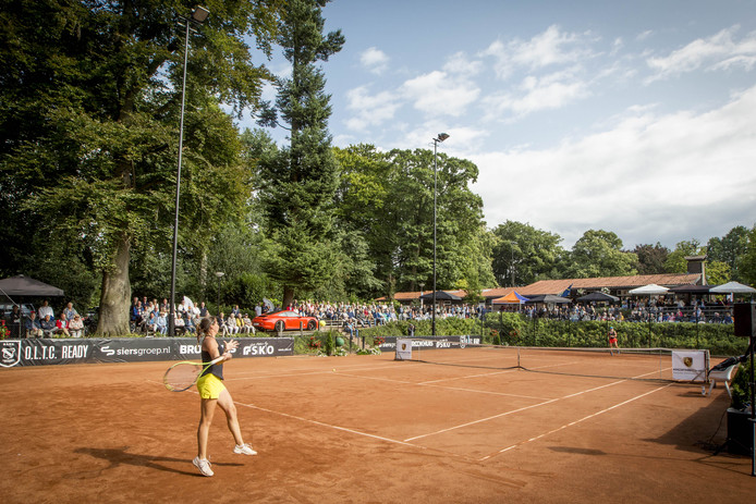 Oud-winnares Chiara Scholl (rode broek) was dit jaar niet opgewassen tegen Federica Arcidiacono. De Italiaanse schakelde de Amerikaanse topfavoriete uit.