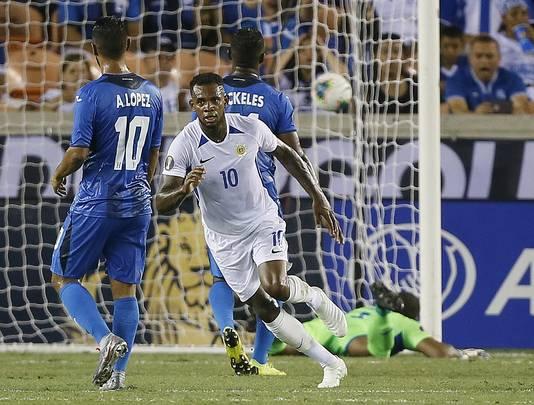 Leandro Bacuna rent weg na zijn goal tegen Honduras.