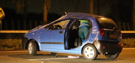 Auto slaat over de kop op A13