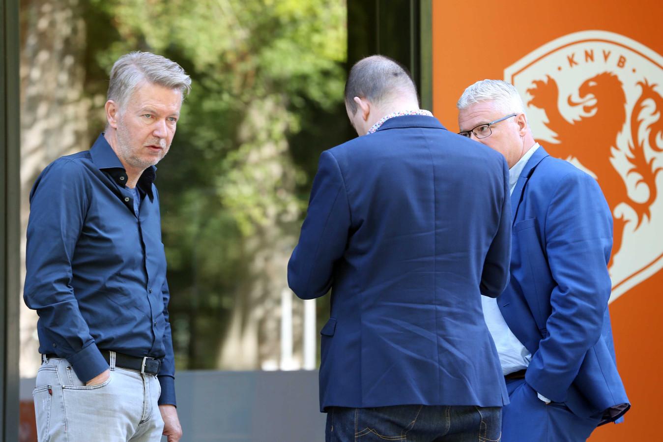 Ronald Lubbers, Frank Maatje en Jan Zwiers namens FC Emmen bij de KNVB.