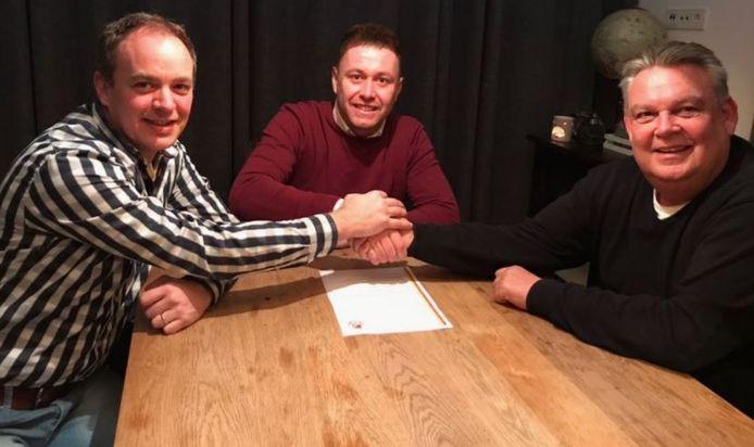 Nick van Vugt (m) tekent zijn contract bij VV Riel.