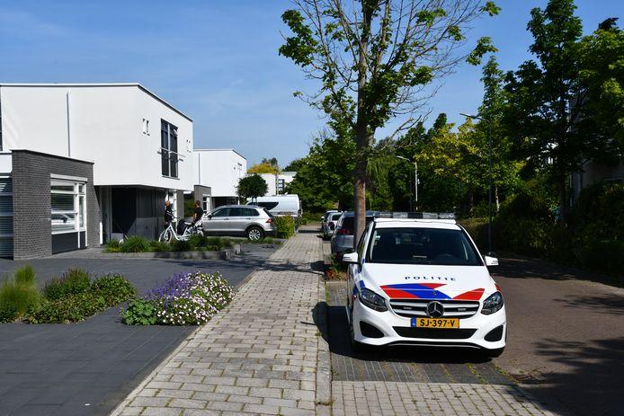 De politie doet buurtonderzoek.