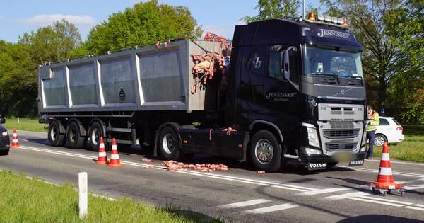 Vrachtwagen verliest slachtafval op N18 bij botsing.
