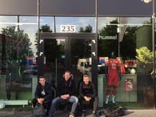 Utrechtfans overnachten voor de fanshop voor kaarten Europa League