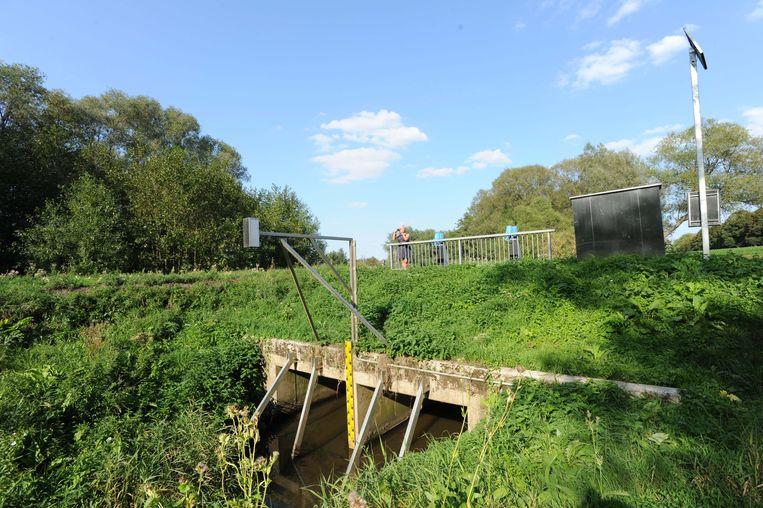 Om de overlast aan te pakken werden onder meer bufferbekkens aangelegd zoals hier in de Buurtweg.