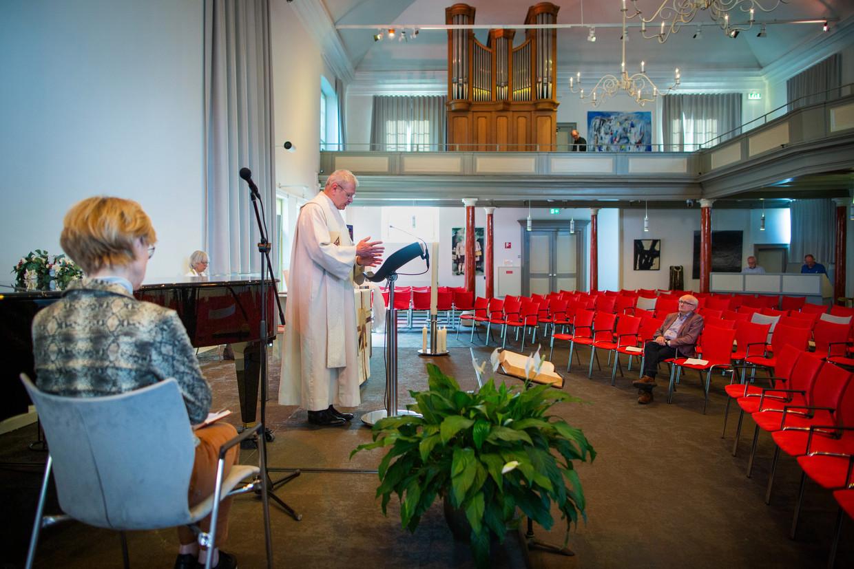 Paasviering tijdens de coronacrisis in de Waterstaatkerk in Hengelo op Eerste Paasdag.