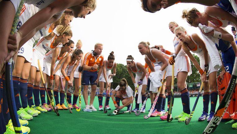 Sjoerd Marijne coacht zijn vrouwen in de rust van Nederland - Zuid-Korea in juli tijdens in de finale van de Hockey World League. Beeld ANP