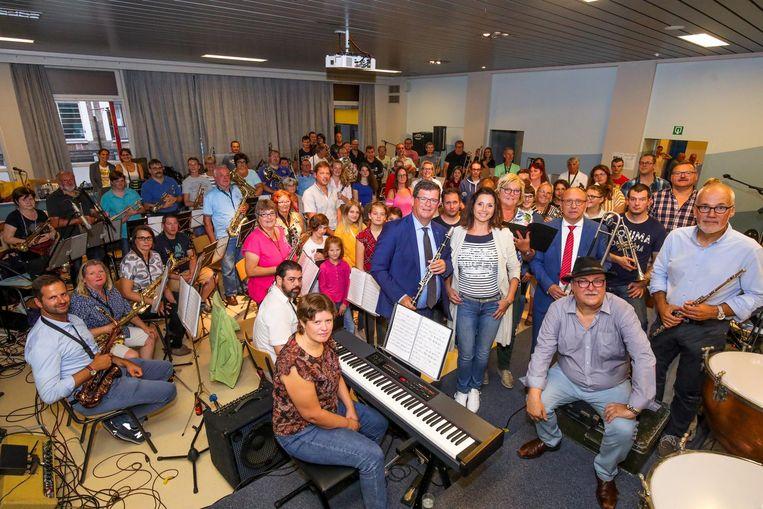 De Melody Makers met Wendy Van Wanten en de Oostendse politici die ook op het podium zullen staan.