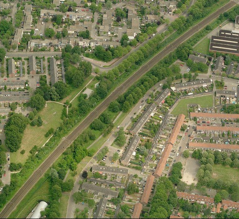 Spoorlijn door een woonwijk in Eindhoven. Beeld