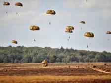 Harde wind zit parachutisten dwars
